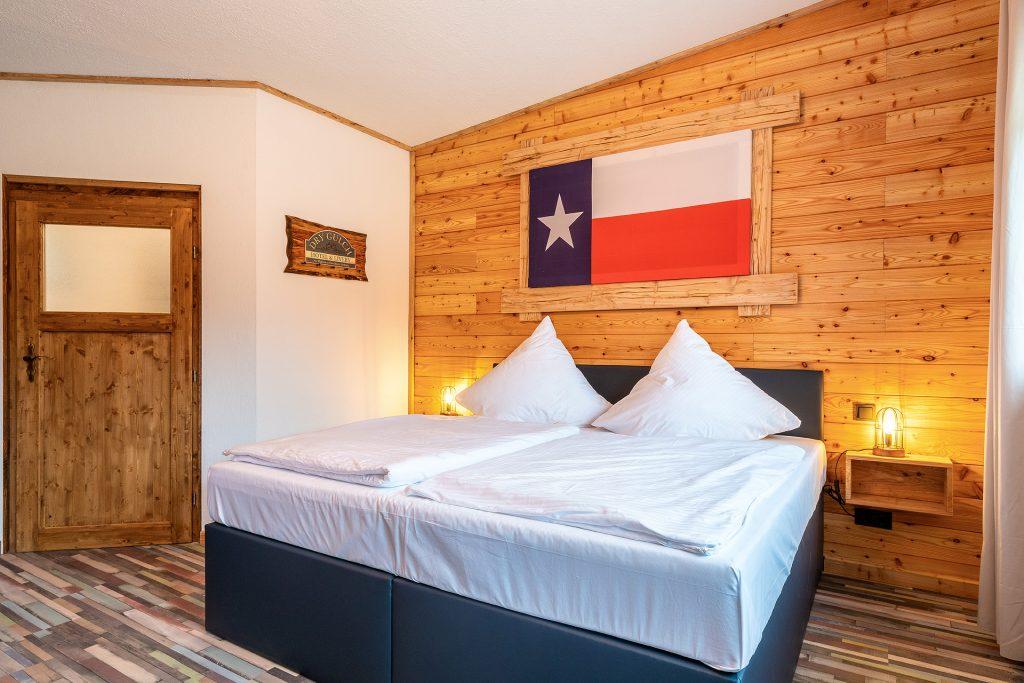 Im Doppelzimmer vom Zündstoff-City Motel erwartet die Hotelgäste ein riesiges Kingsize-Bett.