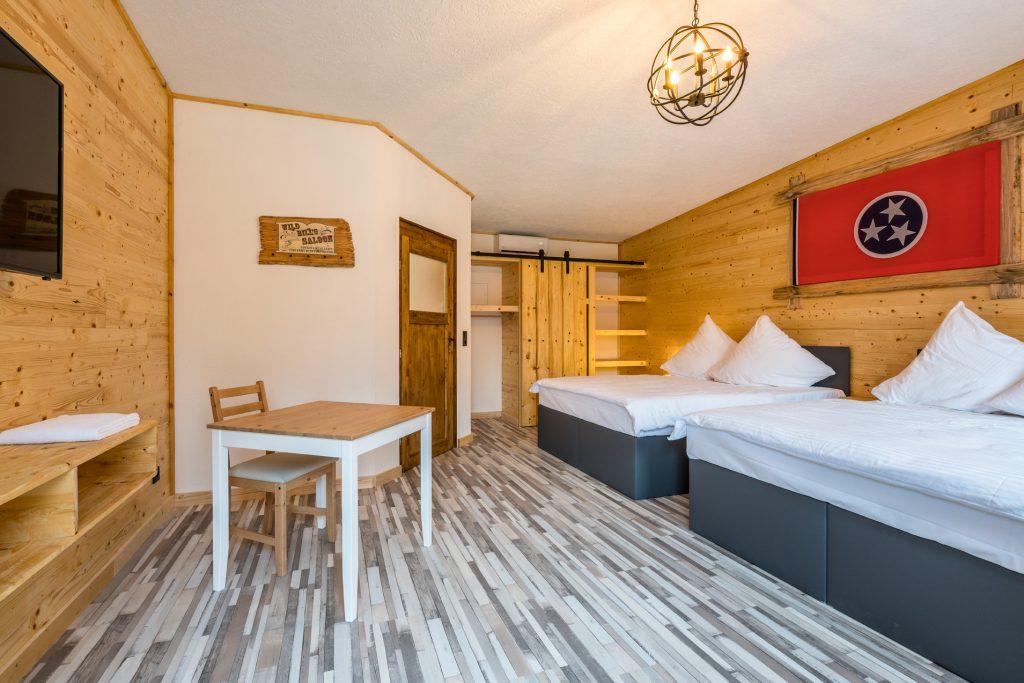 Das Zweibettzimmer im Zündstoff-City Motel bietet Platz für vier Hotelgäste.