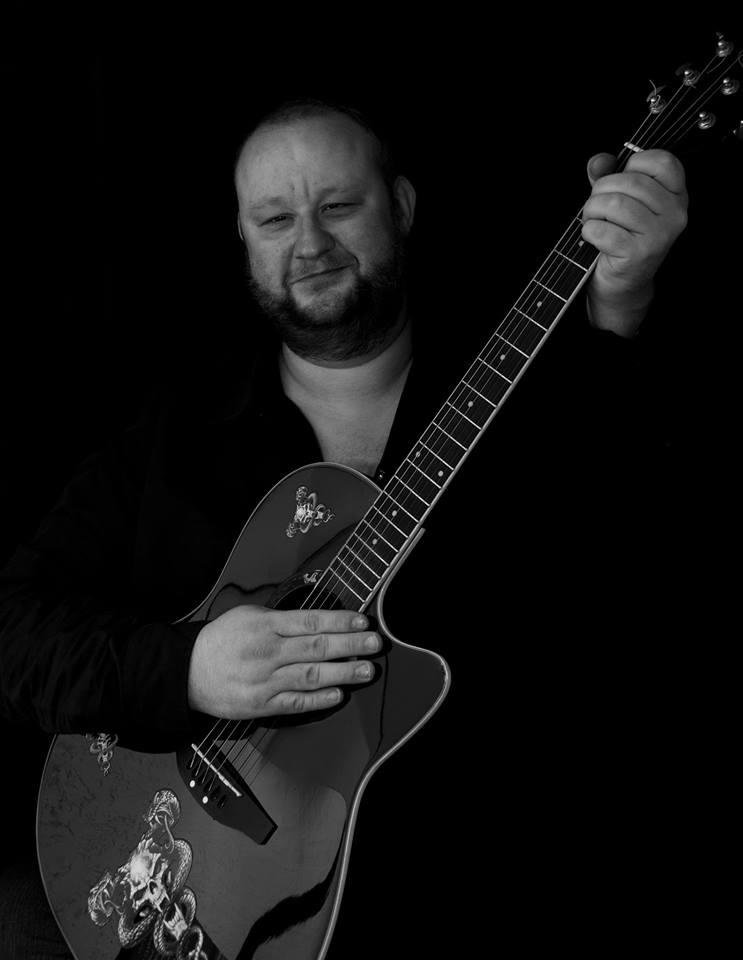 Michael Holderbusch und seine Gitarre live